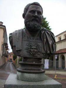 Momento del percorso archeologico cittadino: busto dell'imperatore romano Publio Elvio Pertinace, originario di  Alba Pompeia.